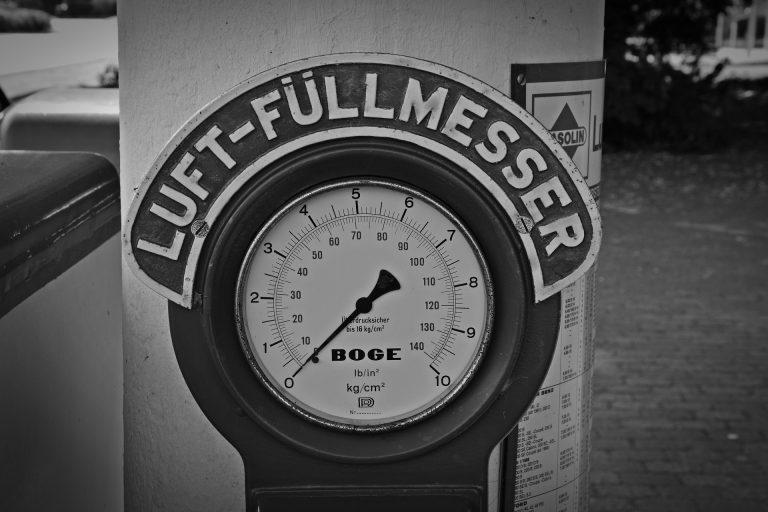 Um calibrador de pneus grande em um posto de gasolina