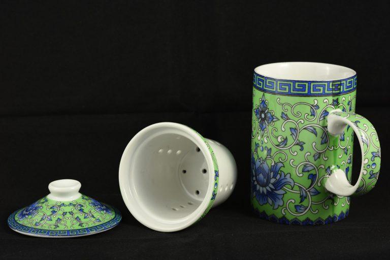 Imagem de caneca de cerâmica com tampa com tema floral e filtro para chá