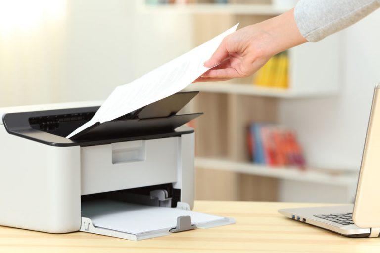 Imagem de pessoa manipulando uma impressora