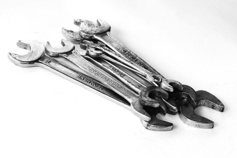 Diversas chaves comuns de aperto reunidas em grupo