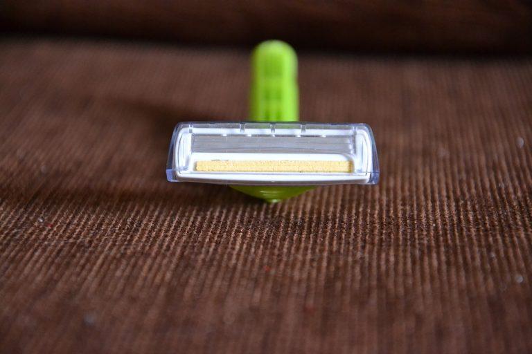 Imagem de aparelho de barbear descartável com cabo verde