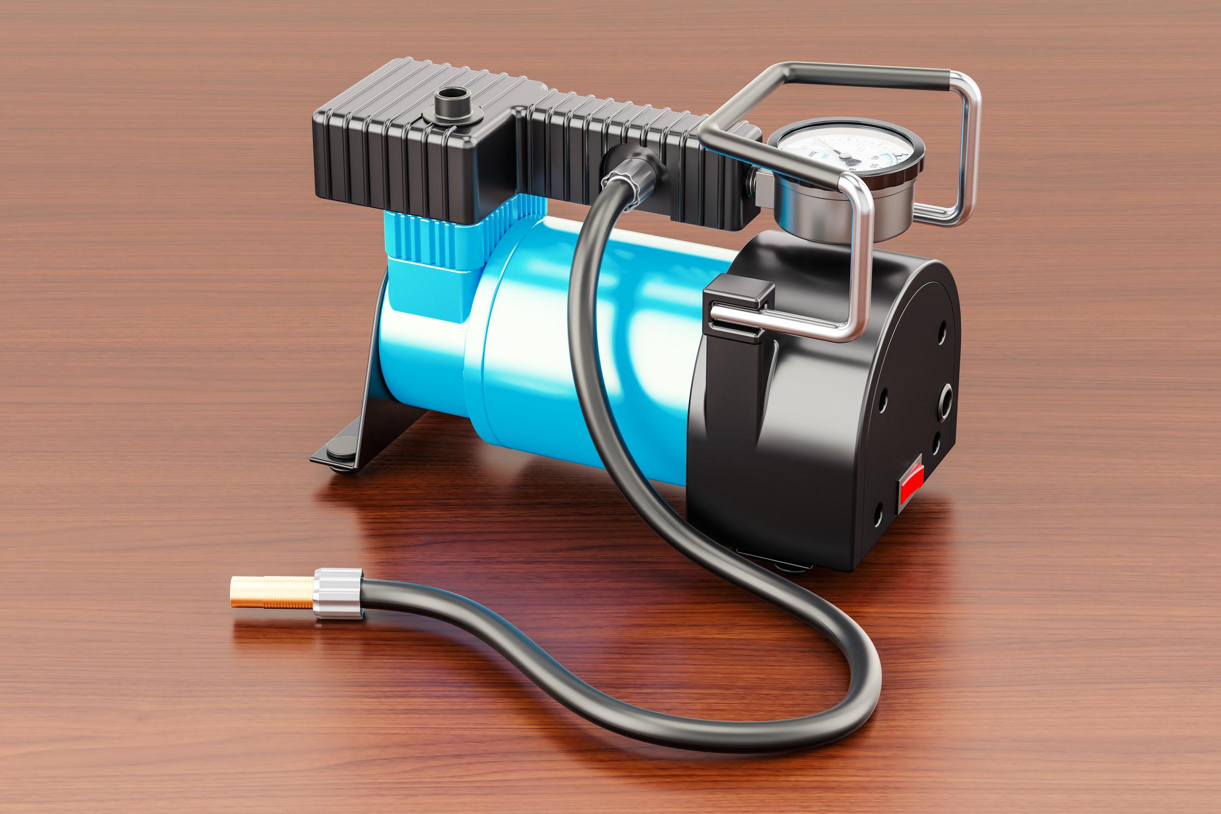Um compressor de ar em cima de um piso de madeira.
