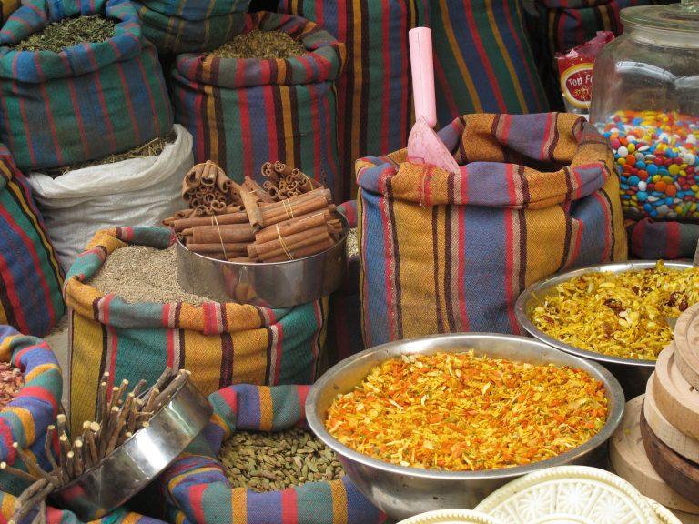 Mercado de especiarias em sacos e bacias grandes, entre elas o cardamomo.