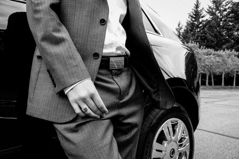 Imagem preto e branca de homem usando cinto masculino