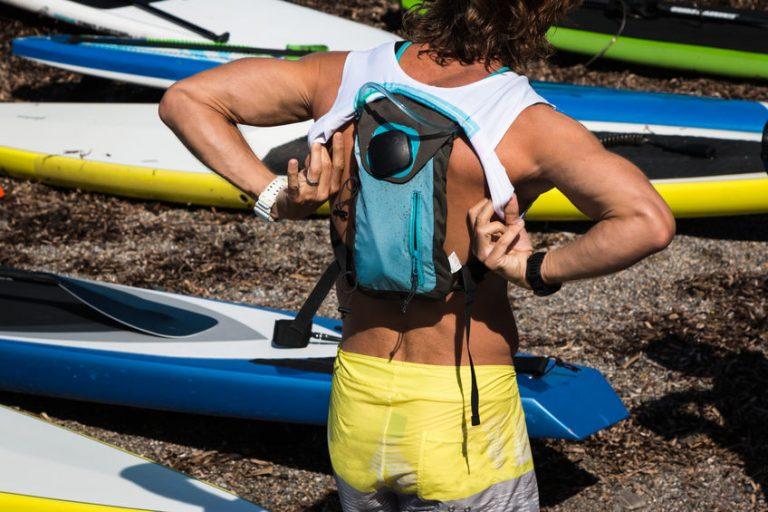 Imagem de homem utilizando mochila de hidratação par canoismo