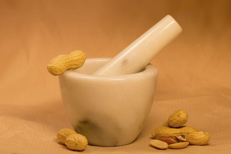 Imagem de pilão de cerâmica com amendoins