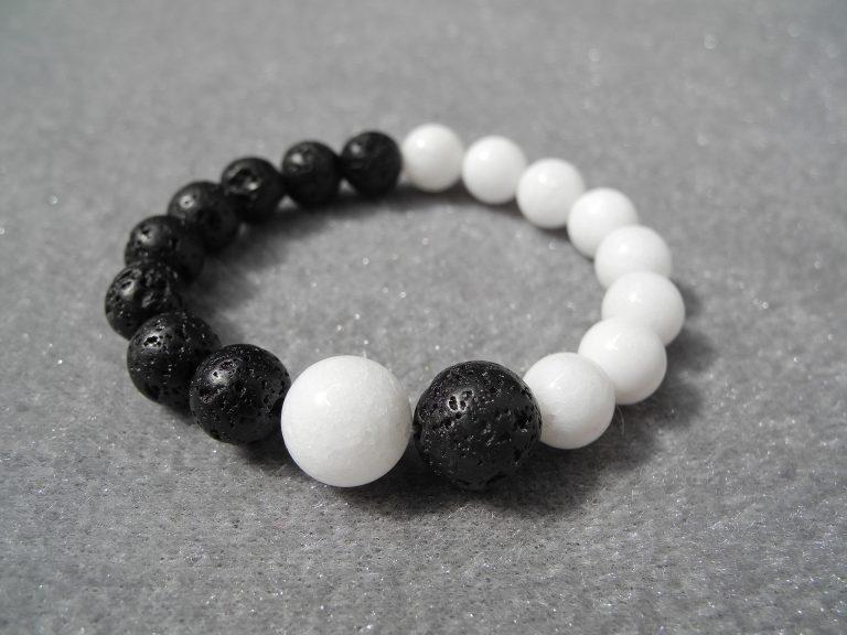 Imagem de pulseira masculina com pedras brancas e pretas