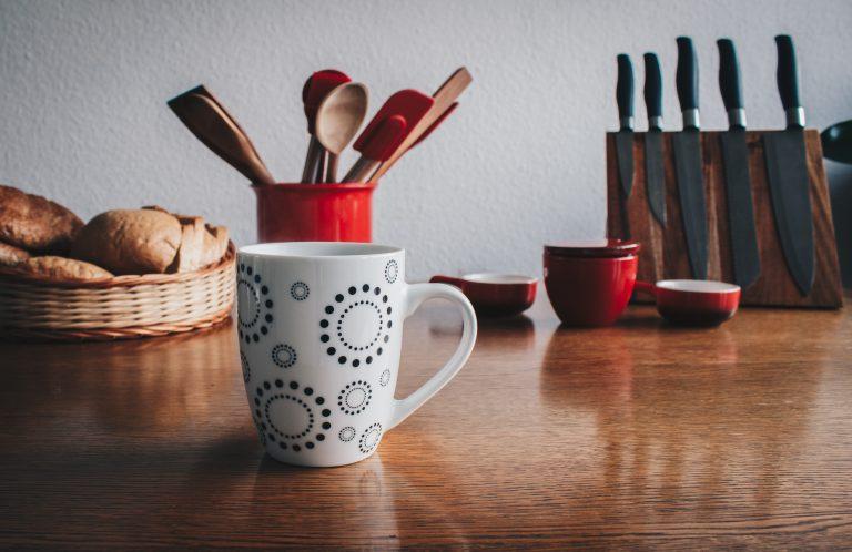Imagem de utensílios domésticos e canecas com espátulas de silicone vermelhas com cabo de madeira