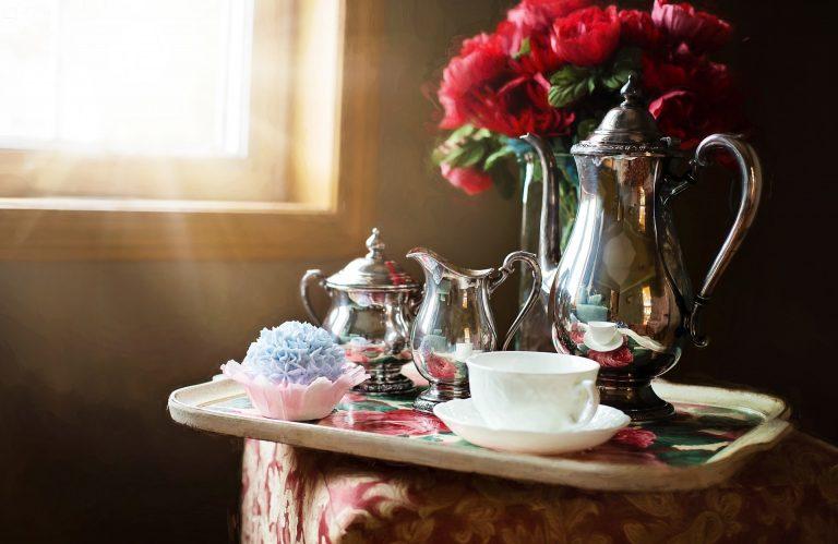 Imagem de bandeja com jogo de chá de prata e pires e xícara de porcelana