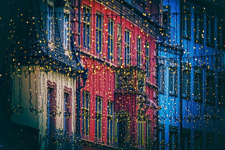 Imagem de cidade iluminada com vários cordões de luz