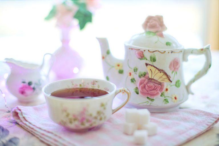 Imagem de jogo de chá de porcelana com temas florais