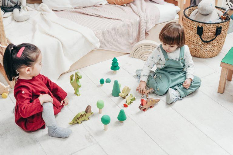 Imagem de duas crianças brincando.