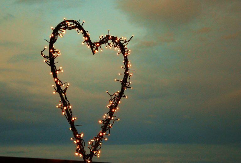 Imagem de decoração em forma de coração enfeitada com cordão de luz