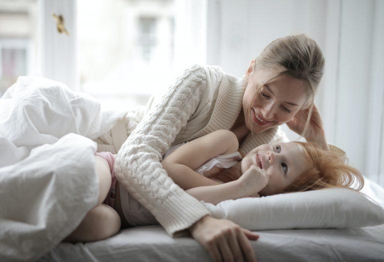 Imagem de mãe e filha abraçadas.