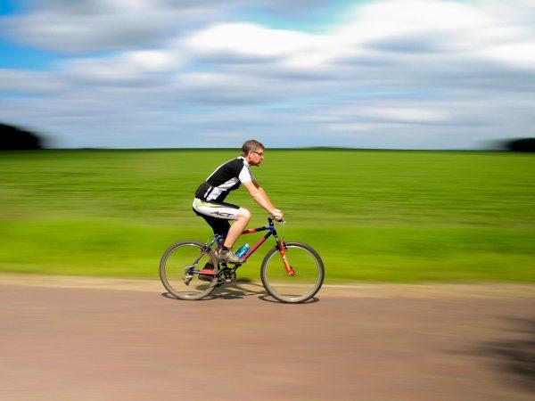 Ciclista em pista de asfalto.