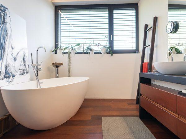 Imagem de um banheiro com tapete cinza
