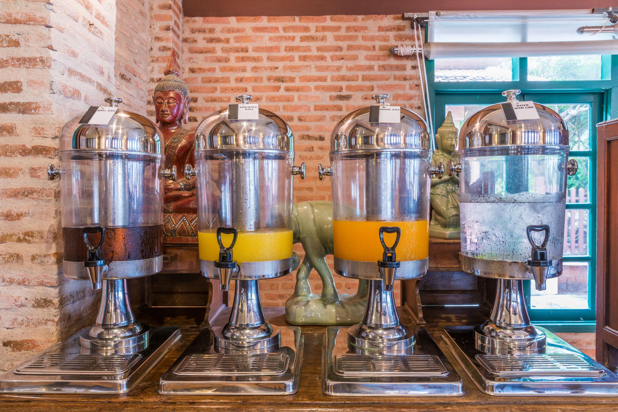 Imagem mostra um conjunto de refresqueiras com sucos de diferentes sabores.