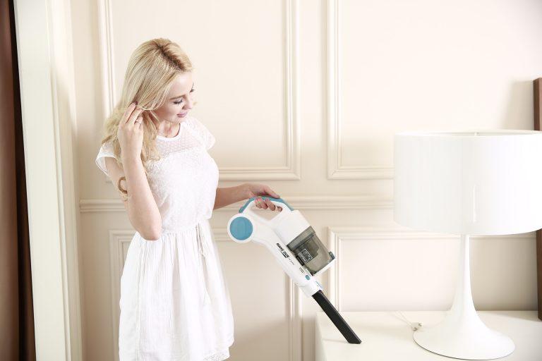 Imagem de uma mulher limpando.