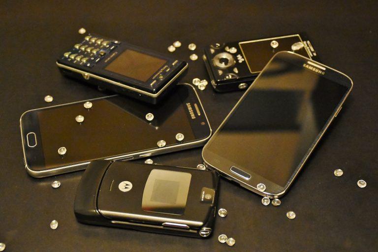 Vários modelos de celular da Motorola.