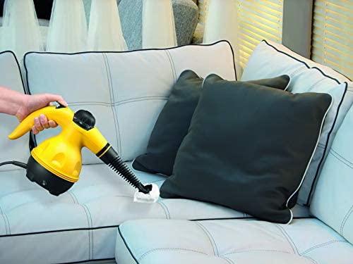Imagem de uma pessoa utilizando um higienizador a vapor portátil.