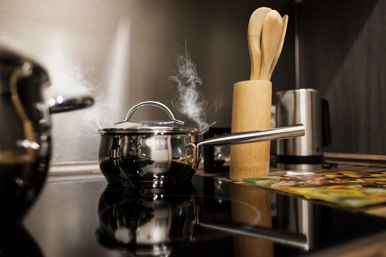 Panela sobre cooktop.