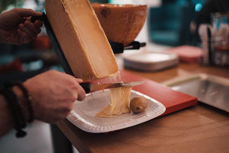 A raclete é um prato tradicional suíço.