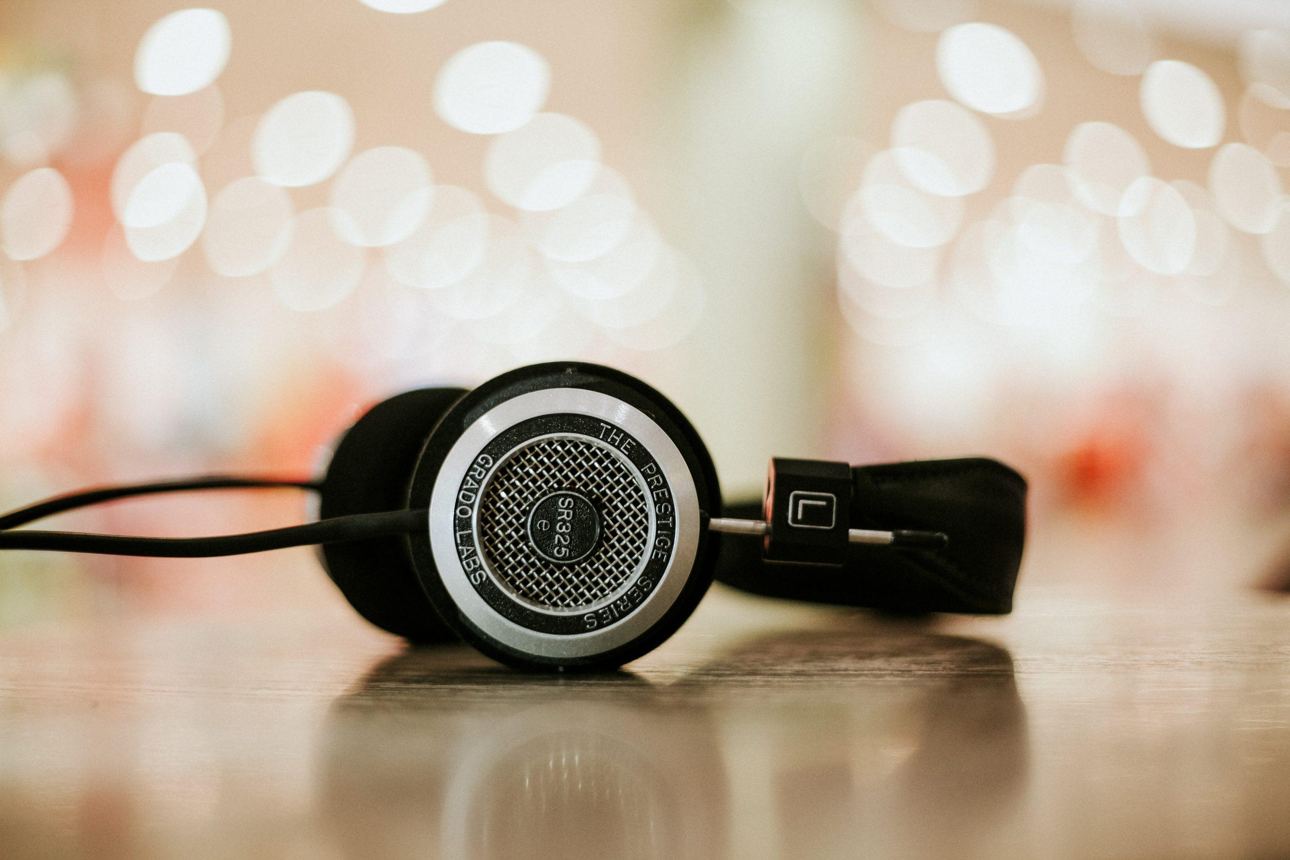 Headphones pretos sobre uma superfície.