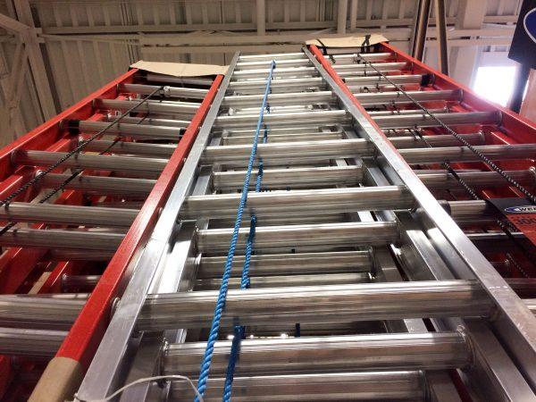 Imagem mostra escadas de fibra lado a lado.