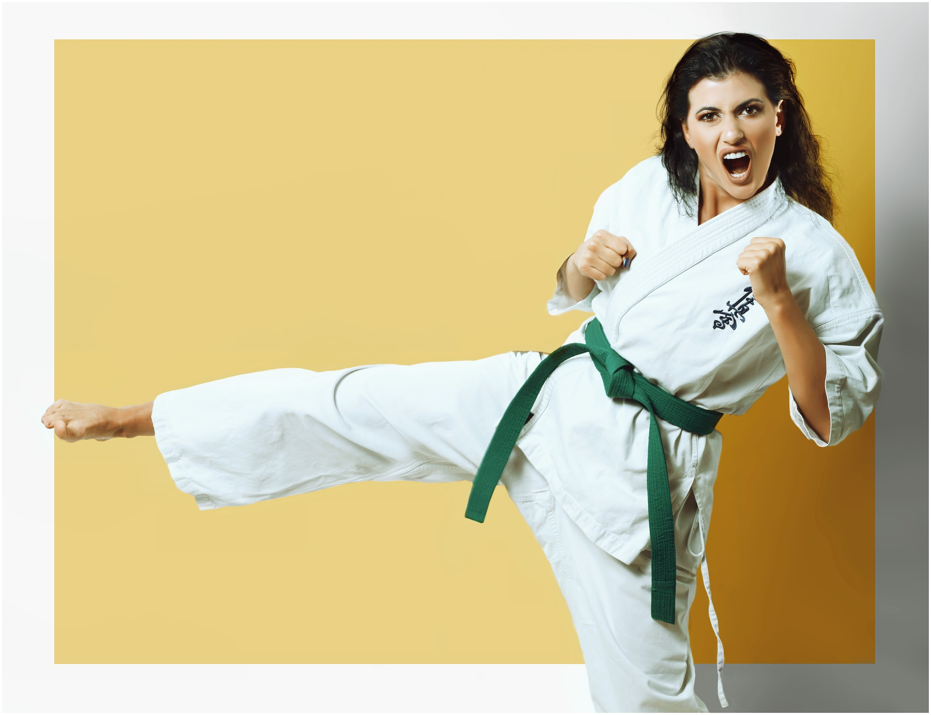 Imagem mostra uma mulher praticando karatê.