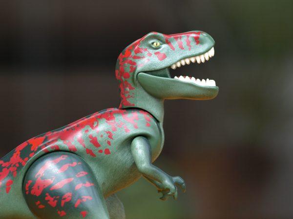 Imagem aproximada de boneco de tiranossauro rex