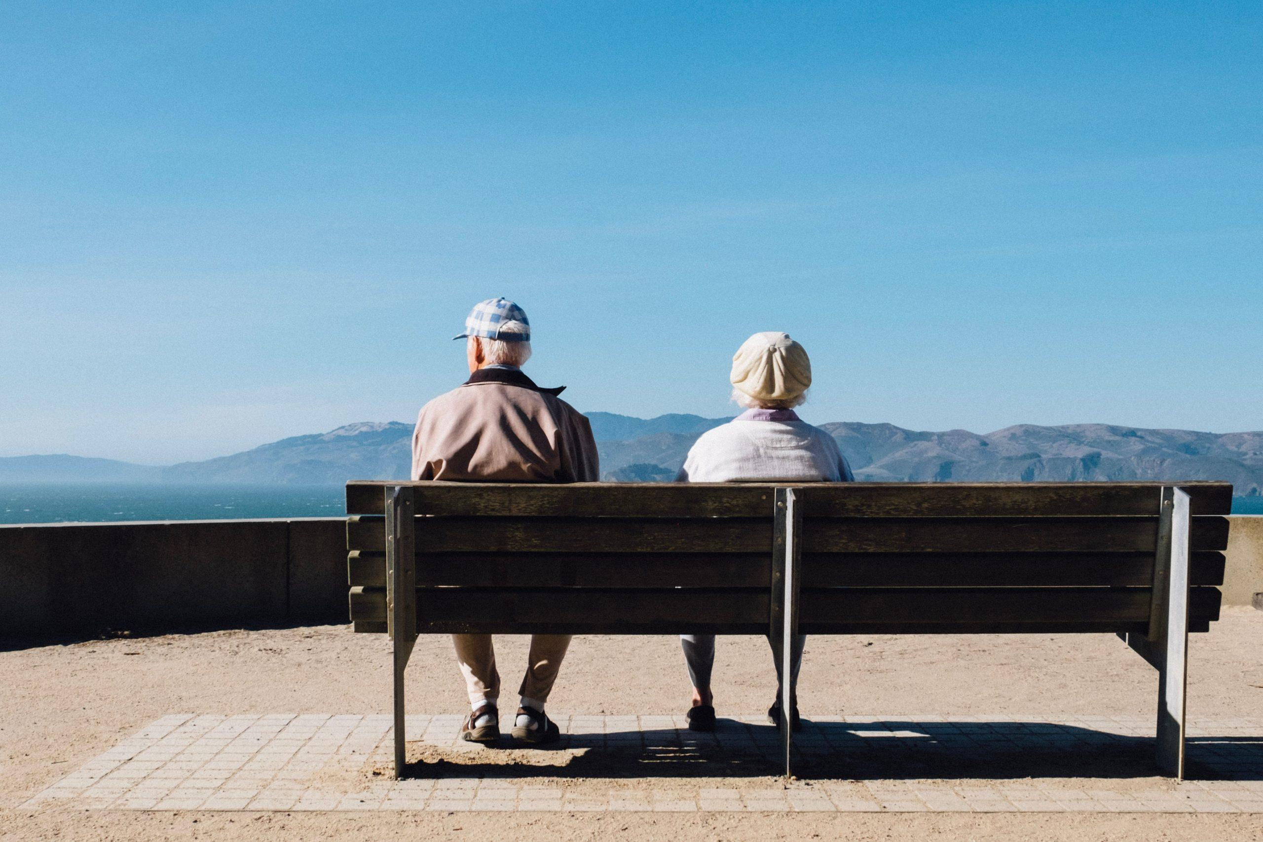 asal de idosos de costas, sentado em um banco