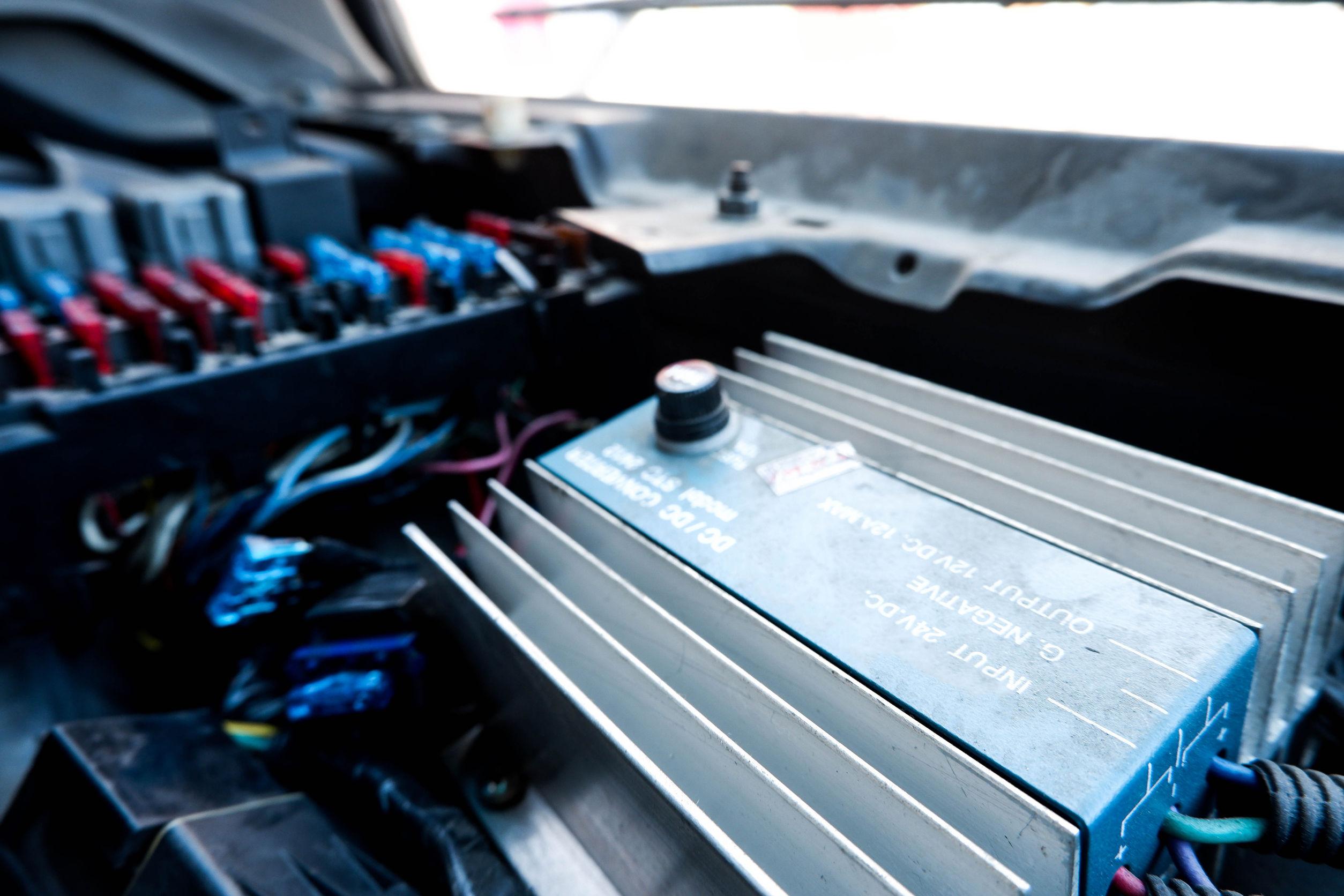 Imagem mostra um inversor de tensão conectado a uma bateria.