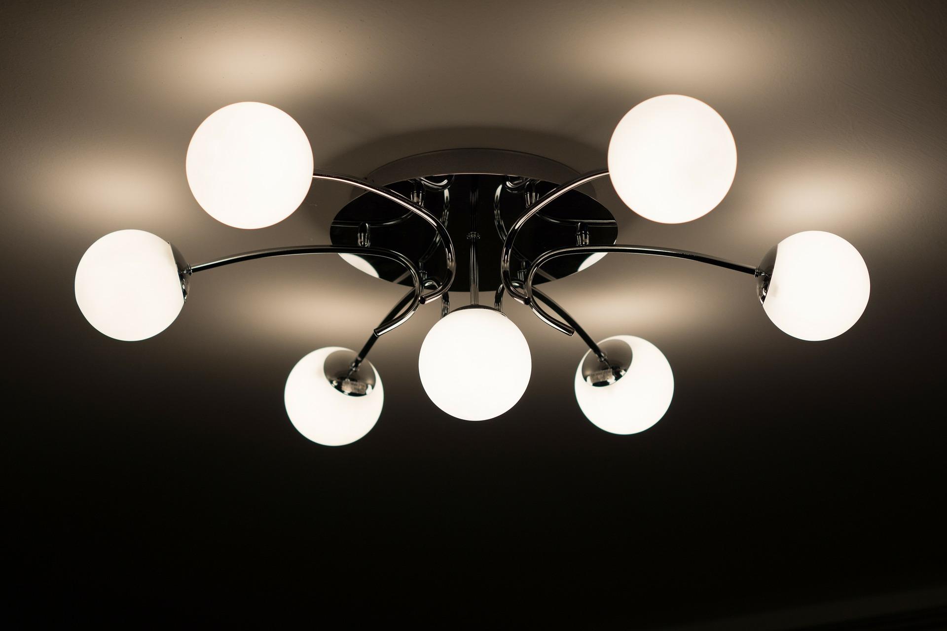 Imagem de luminária moderna com sete spots de luz