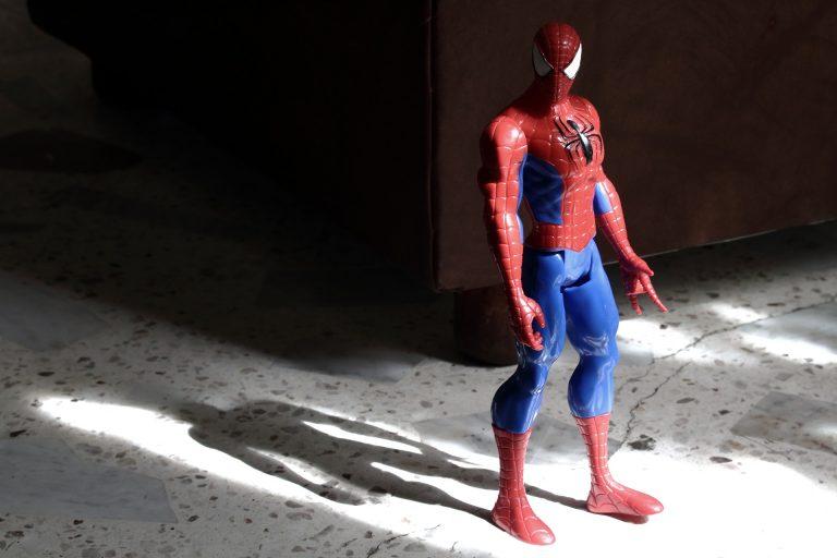 Na foto um boneco do Homem-Aranha.
