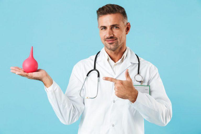 Imagem de médico segurando uma ducha íntima cor de rosa