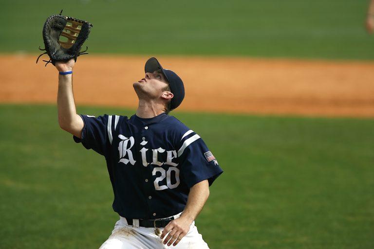 Imagem mostra um jogador de beisebol se preparando para apanhar uma bola, olhando para cima e com a sua mão da luva erguida.