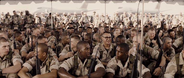 """Imagem mostra vários soldados reunidos em uma cena do filme """"Soldado Anônimo""""."""