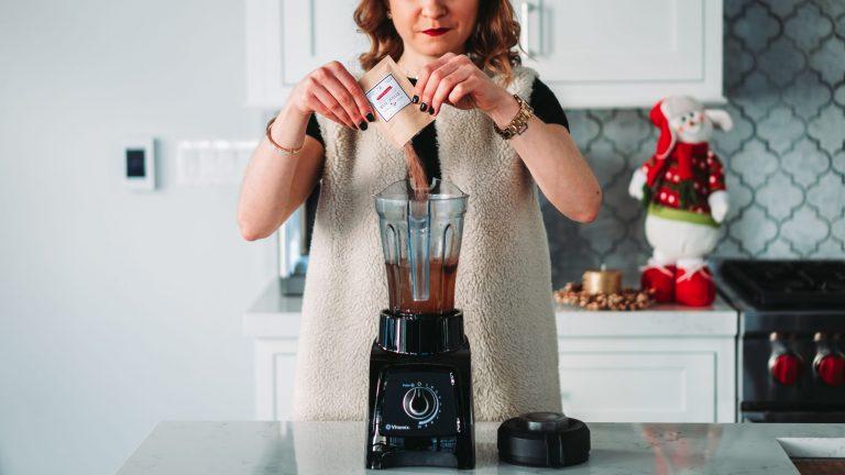 Mulher usando liquidificador.
