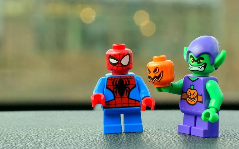 Na foto um boneco do Homem-Aranha de Lego com o personagem Duende Verde.