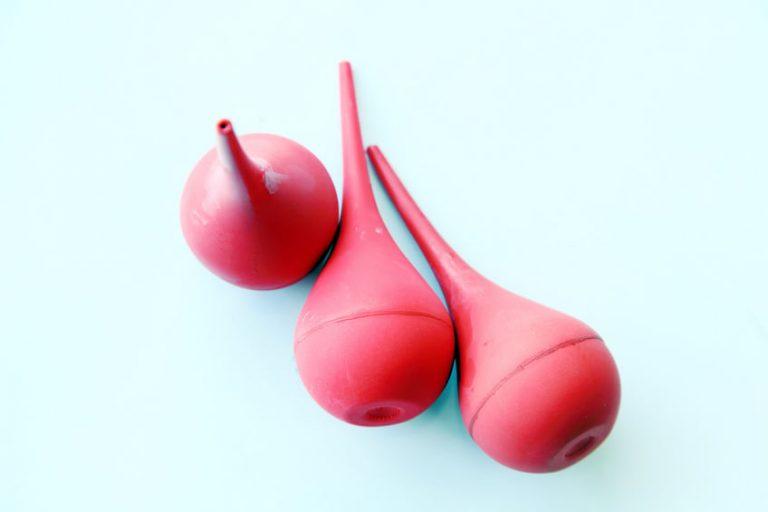Imagem de três duchas íntimas cor de rosa