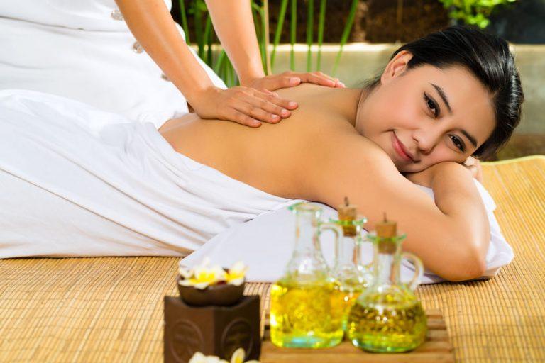 óleos corporais podem ser utilizados tanto para hidratação diária quanto para massagens