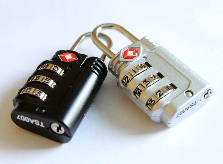 Dois cadeados com segredo. Um tem cor preta e o outro na versão prateada.