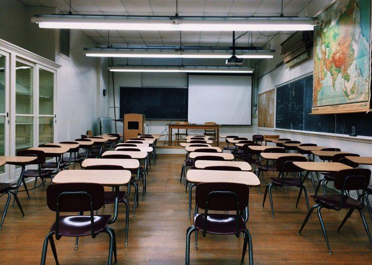 Imagem de sala de aula com luminárias de teto tradicionais