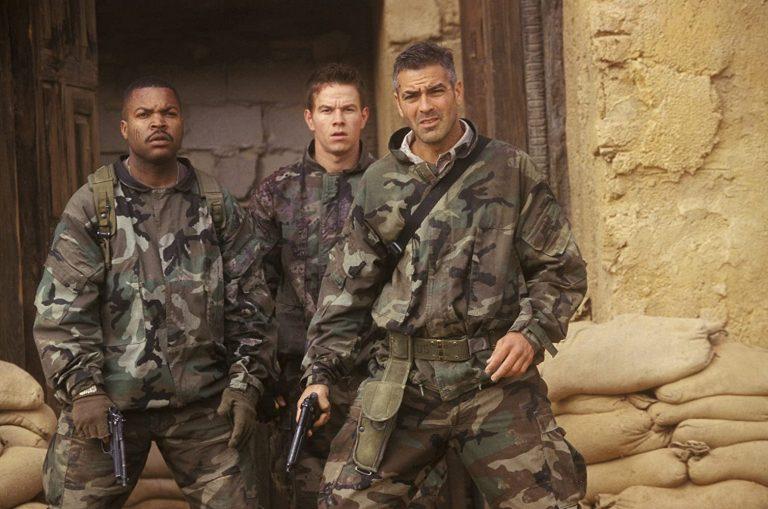 """Imagem mostra George Clooney, Ice Cube e Mark Wahlberg em cena de """"Três Reis""""."""