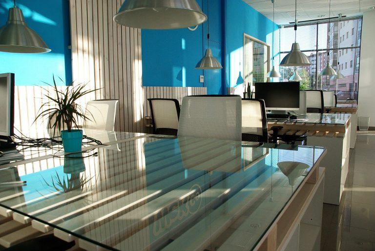 Imagem de escritório com várias luminárias de teto do estilo pendente
