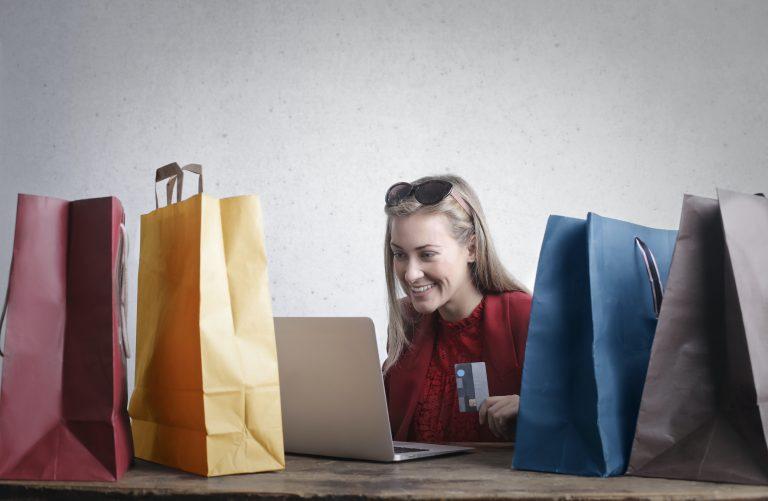Imagem de uma mulher fazendo compras online.
