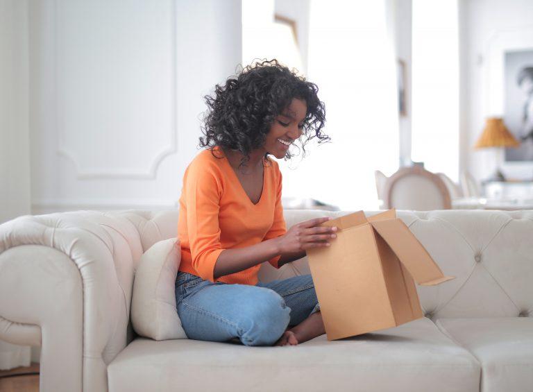 Imagem de uma mulher abrindo uma caixa de correio.