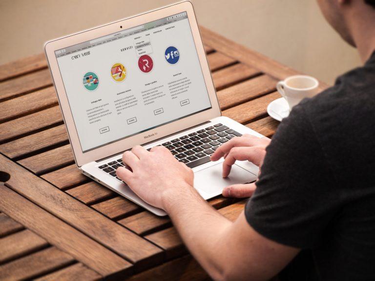 Imagem de uma pessoa utilizando um notebook.