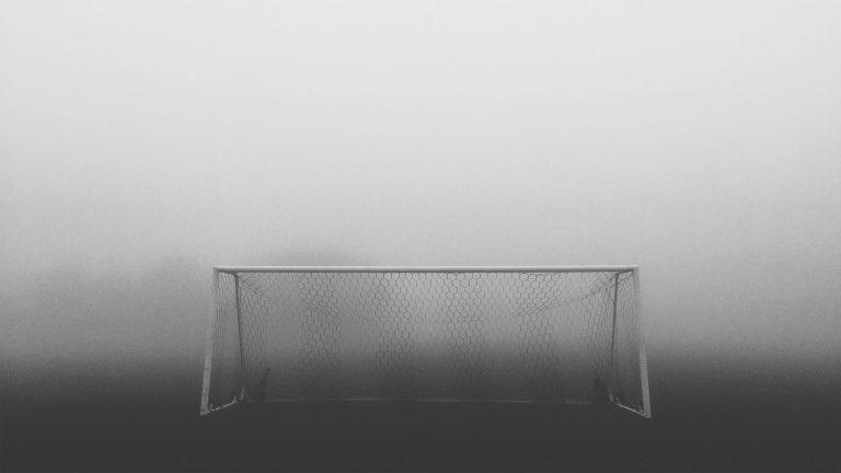 Imagem mostra um gol em meio à uma neblina densa.