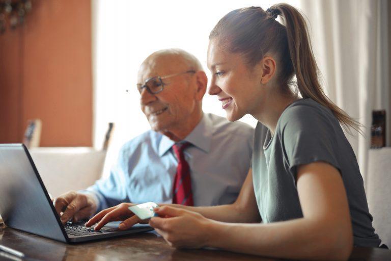 Imagem de duas pessoas fazendo compras online.